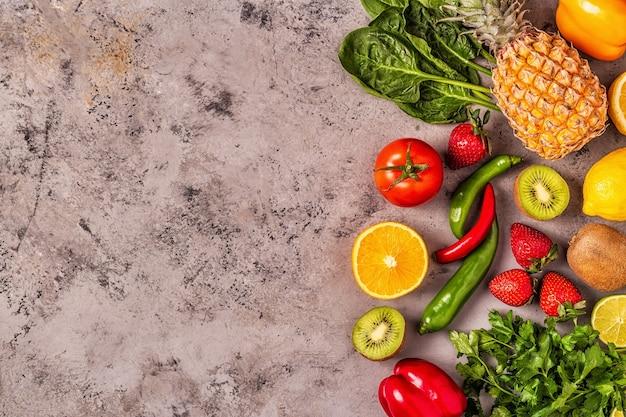Vitamin c-reiches obst und gemüse. gesunde ernährung. draufsicht