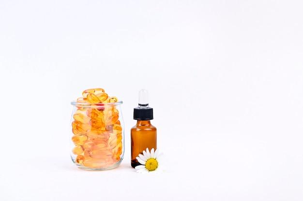 Vitamine und mineralien in kapseln und tropfen. fischfett. gesundheits- und nahrungsergänzungsmittel.