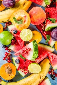 Vitaminlebensmittelkonzept, verschiedene frucht- und beerenwassermelonenpfirsichminzenpflaumenaprikosen-blaubeerkorinthe