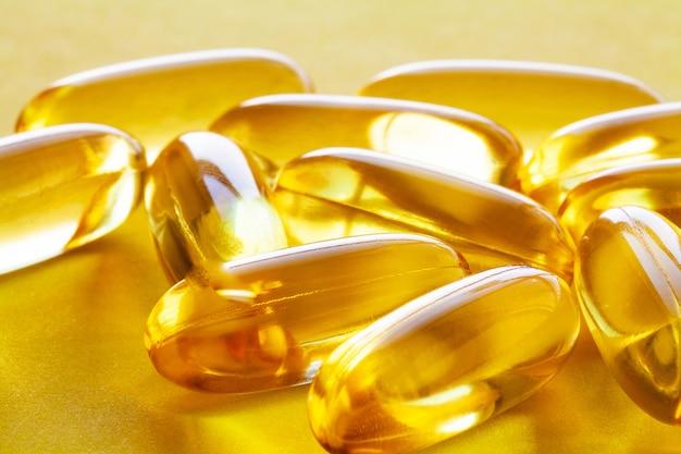 Vitaminpräparate, fischöl in gelben omega-3-kapseln.