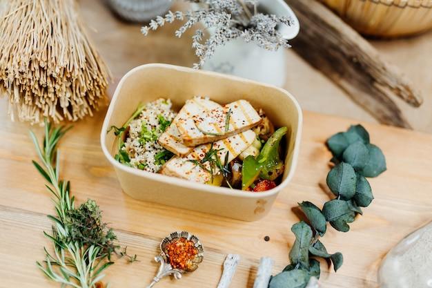Vitaminreiches veganes essen mit tofu couscous paprika und champignons in öko-box geliefert