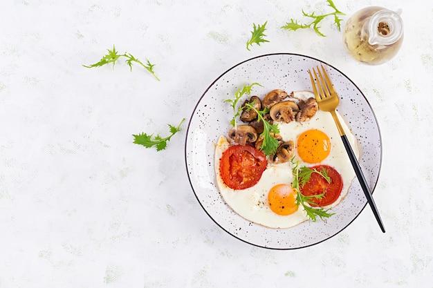 Vitaminsalat aus frischen tomaten, rucola, feta und paprika.
