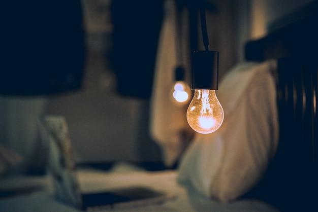 Vitange retro-licht in dunklem, unscharfem schlafzimmer