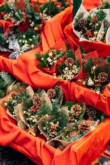 Vitrine von stechpalme die weihnachtsmarktumschläge mit weihnachtsbaumastbeeren