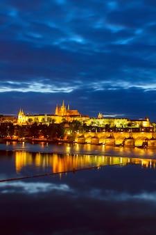 Vitus-dom und karlsbrücke bei nacht, tschechien