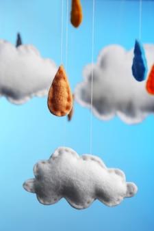 Vlieswolken mit regentropfen auf blau