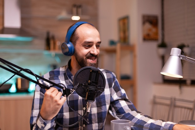 Vlogger-aufnahme von podcasts mit der produktionsstation im heimstudio