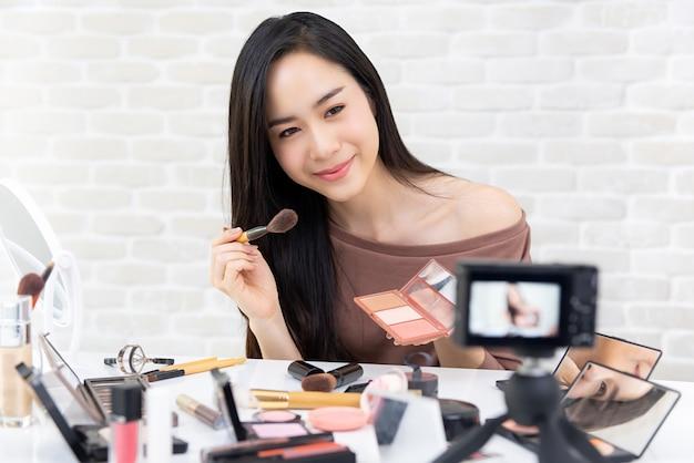 Vlogger-aufnahmemakeup-tutorialvideo der schönen asiatin professionelles