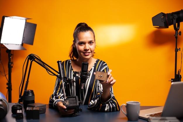 Vlogger diskutiert über fluid head im home studio recording podcast