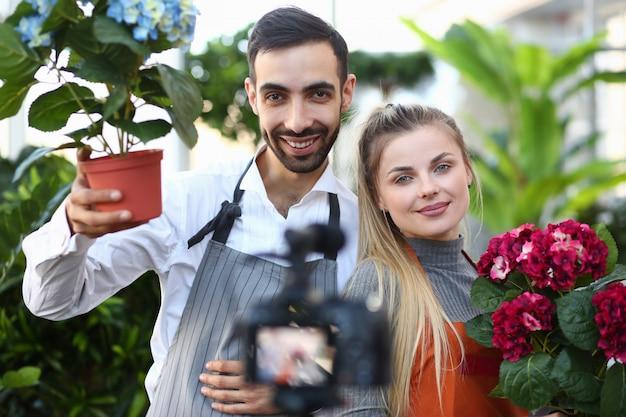 Vlogger gärtner zeigt kamera hortensia blume