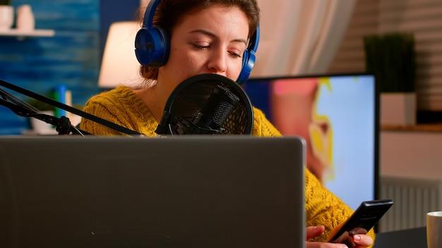 Vlogger-messaging mit online-publikum während der aufnahme von podcasts im heimstudio für soziale medien
