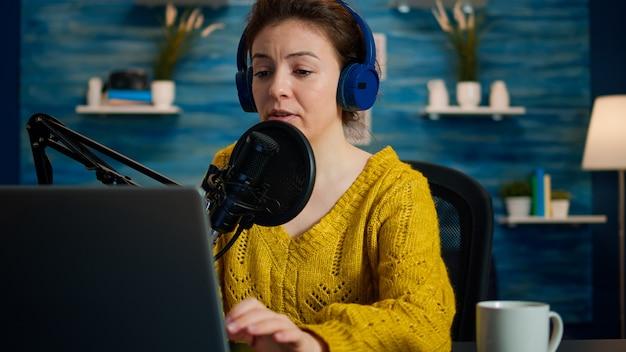Vlogger schaut auf laptop und bittet das publikum, ihren kanal zu abonnieren. kreative online-show on-air-produktion internet-broadcast-host-streaming von live-inhalten, aufzeichnung digitaler social-media-kommunikation
