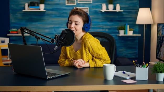 Vlogger schaut auf laptop und bittet das publikum, ihren kanal zu abonnieren. online-show on-air-produktion internet-broadcast-host-streaming von live-inhalten, aufzeichnung digitaler social-media-kommunikation