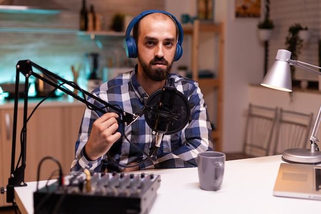 Vlogger spricht bei podcast mit produktionsstation im heimstudio
