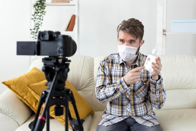 Vlogger videoaufnahme zu hause mit händedesinfektionsmittel