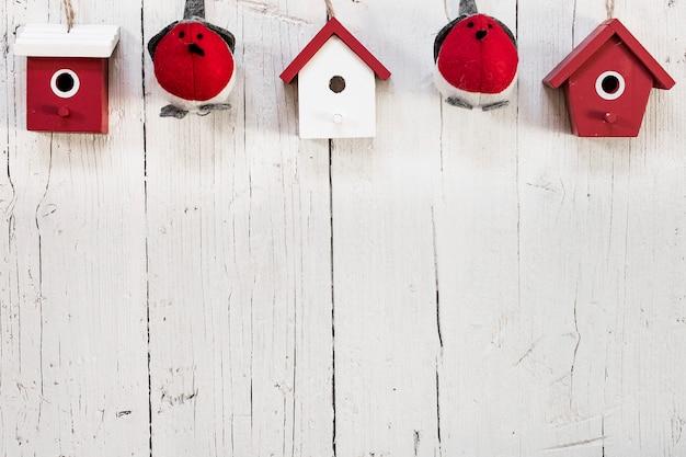 Vogel mit häusern für weihnachtskompositionen