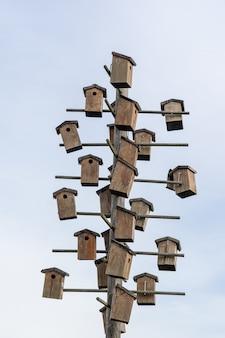 Vogelhäuschen an einem holzpfahl befestigt