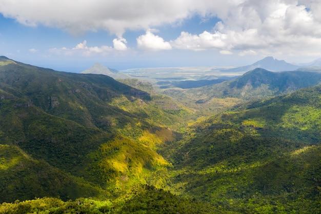 Vogelperspektive auf die berge und felder der insel mauritius.