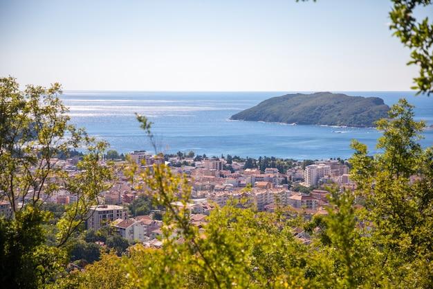 Vogelperspektive auf die budva-stadt mit modernen gebäuden und meer montenegro europa