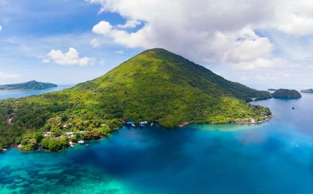 Vogelperspektive banda islands moluccas-archipel indonesien, pulau gunung api, lavaflüsse, weißer sandstrand des korallenriffs. topreiseziel, bestes tauchen, schnorcheln.