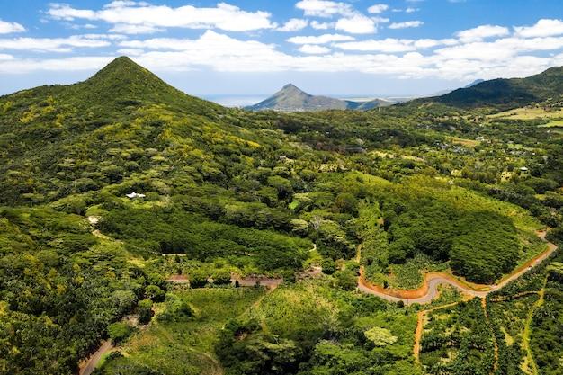 Vogelperspektive der berge und felder der insel mauritius. landschaften von mauritius.
