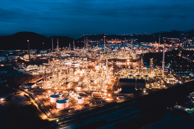 Vogelperspektive der erdölraffinerie im industriegebiet in der dämmerung, die zeit glättet