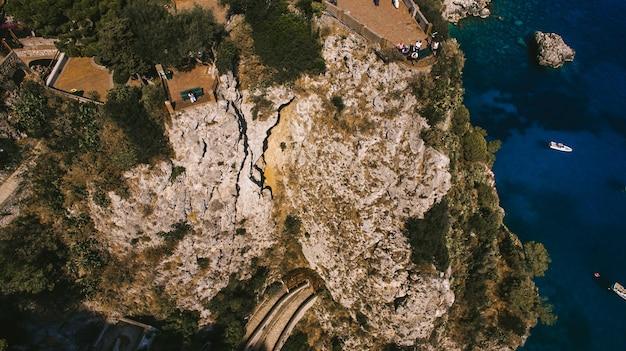 Vogelperspektive der italienischen feiertagsinsel capri mit schöner natur