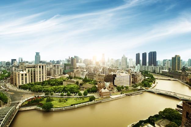 Vogelperspektive der luftaufnahme an der shanghai-promenade skyline des sonnenaufgangs