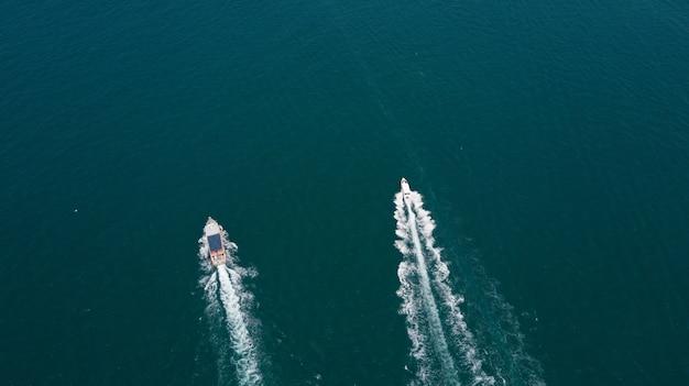 Vogelperspektive der passagierfähre in den offenen gewässern
