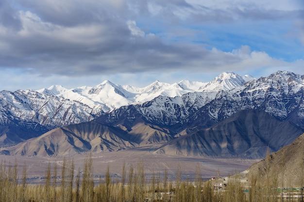 Vogelperspektive der stadtbild-leh-stadt oder des stadtzentrums mit gebirgshintergrund vom fenster von leh palast bei leh ladakh, jammu und kashmir, indien