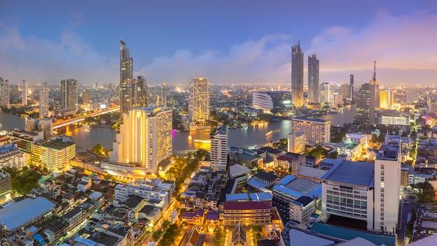 Vogelperspektive der stadtmitte in thailand-stadt mit wolkenkratzer-, finanz- und geschäftsgebäudezentren.