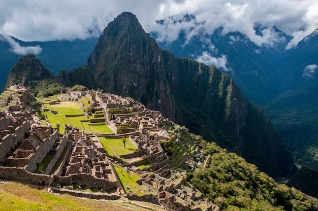 Vogelperspektive des atemberaubenden berges machu picchu in peru