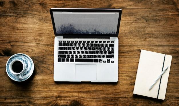 Vogelperspektive des computerlaptops auf holztischarbeitsplatzkonzept
