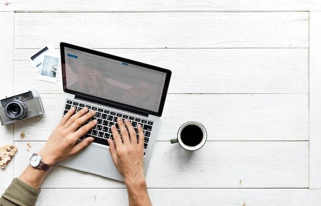 Vogelperspektive des computerlaptops auf holztischphotographie-hobbykonzept