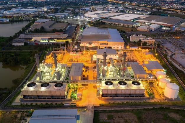 Vogelperspektive des elektrizitätskraftwerks in der stadt nachts.