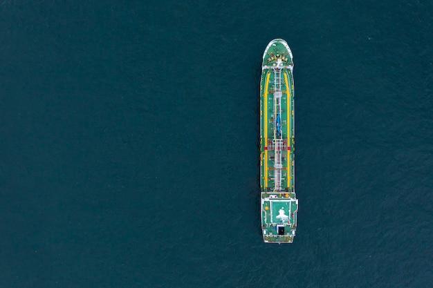Vogelperspektive des gasspeichers auf schiff im hafen, in der raffinerie-industrie und im exportfrachtschiff