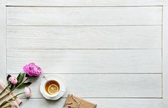 Vogelperspektive des heißen Teegetränk-Bruch- und Entspannungskonzeptes mit Kopienraum