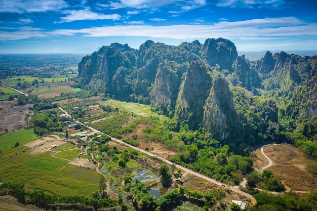 Vogelperspektive des kalksteinberg- und -reisfeldes in bezirk noen maprang, phitsanulok, thailand.