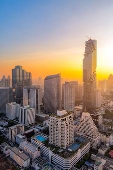 Vogelperspektive des modernen Gebäudes des hohen Aufstieges an der Geschäftszone in Bangkok, Thailand