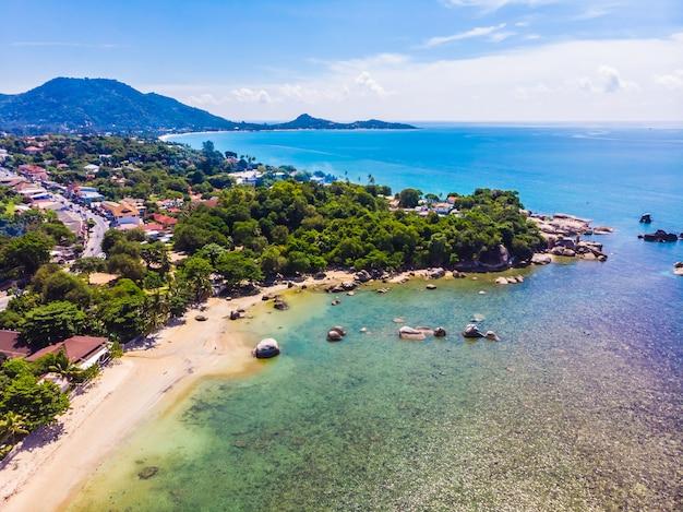 Vogelperspektive des schönen tropischen strandes und des meeres mit palme und anderem baum in koh samui-insel