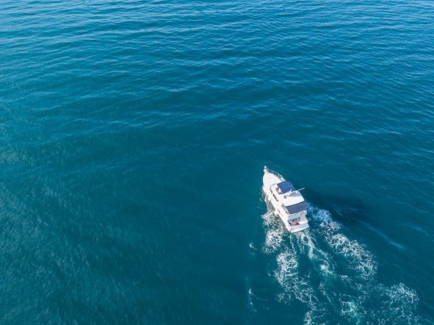 Vogelperspektive des seenotdienstteams im motorboot der schnellen geschwindigkeit