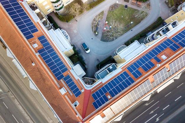 Vogelperspektive des solarfoto voltaic panelsystems auf wohngebäudedach. erneuerbare ökologische ökostrom-produktionskonzept.