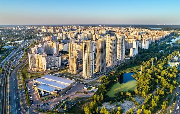 Vogelperspektive des stadtteils troieshchyna von kiew, der hauptstadt der ukraine