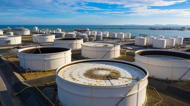 Vogelperspektive des tanklagers mit vielen öllagertank und petrochemischem lagertank im hafen, industrielle tanklagervogelperspektive.