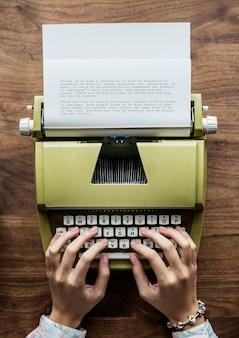 Vogelperspektive eine frau, die eine retro- schreibmaschine verwendet