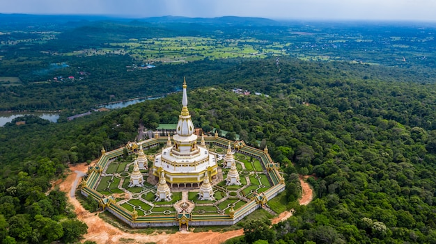 Vogelperspektive phra maha chedi chai mongkol oder phanamtip-tempel, roi et, thailand.