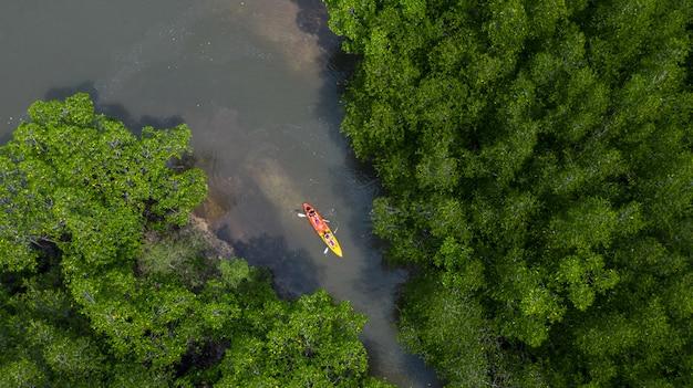 Vogelperspektive von ao tha lane nahe krabi, berühmter platz ao tha lane für kajak auf dem fluss mit berg- und mangrovenwald, krabi, thailand.
