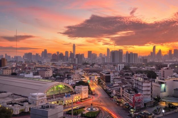 Vogelperspektive von bangkok-skylinen mit bangkok-bahnstation (hua-lam phong) am morgen