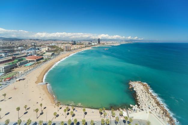 Vogelperspektive von barcelona-strand am sommertag entlang küste in barcelona, spanien.