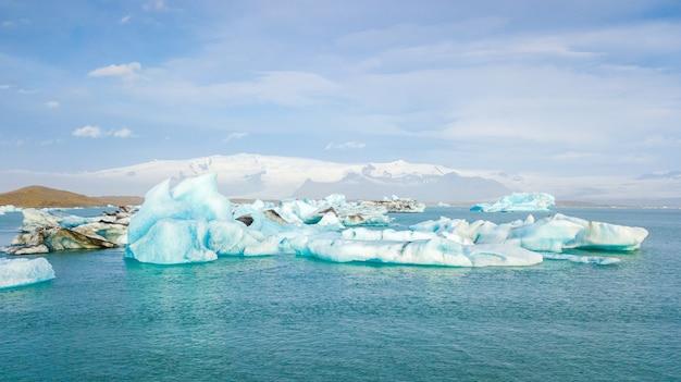 Vogelperspektive von den eisbergen, die in jokulsarlon-lagune nahe der südlichen küste von island schwimmen